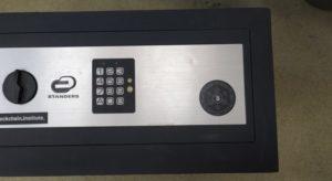 Открыть сейф с электронным замком